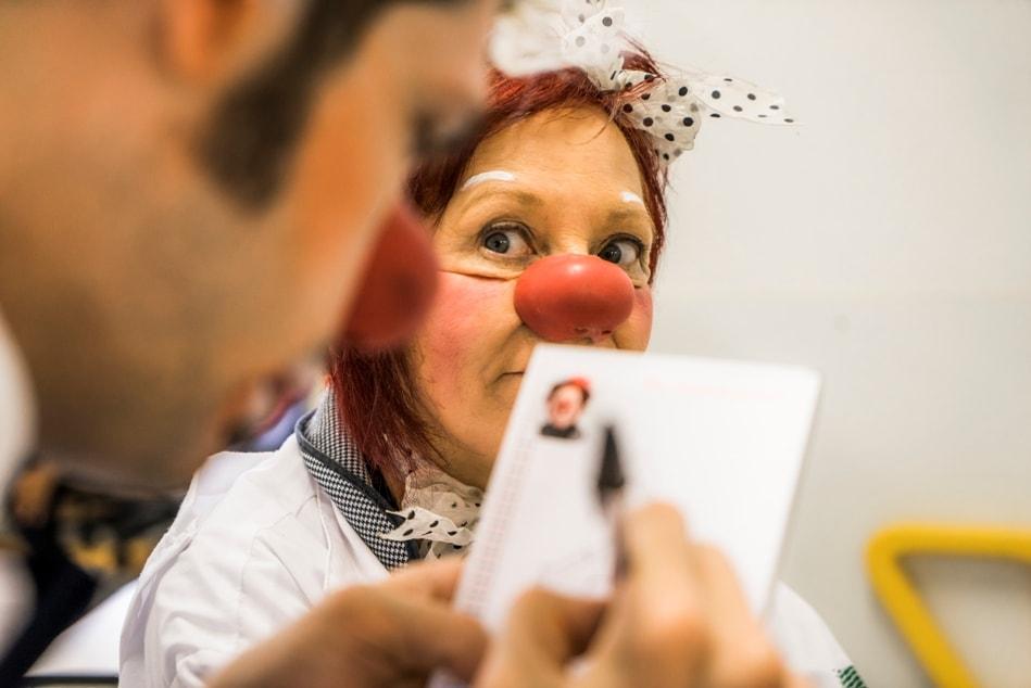 Fotografia da dupla dos Doutores da Alegria Sueli Andrade e Henrique Glomer no Hospital do Mandaqui.