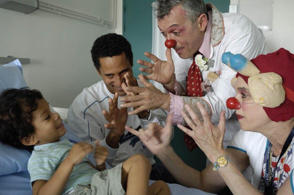 Caroline Simonds (docteur girafe) et Rene? Philippe (Rene? l'Ele?gant) a? l'Institut Gustave Roussy (94 Villejuif) Association Le rire me?decin (Paris) le 7 juin 2007